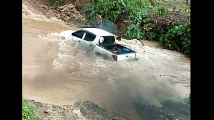 BREAKING NEWS: Mobil yang Ditumpangi Anak Bupati Mamuju Tengah Terseret Arus Sungai