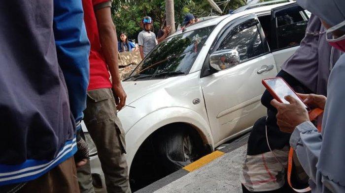 Hindari Motor, Mobil Pajero Sport Terperosok ke Got di Empoang Jeneponto