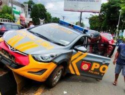 Mobil Patroli Polisi Tabrak Pembatas Jalan di Rantepao Toraja Utara