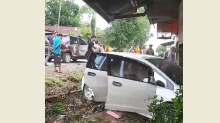 BREAKING NEWS: Mobil Tabrak Kios Warga di Desa Nusa Bone, 3 Orang Dikabarkan Meninggal Dunia
