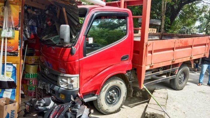 Ditinggal Sopir Beli Rokok, Truk di Toraja Seruduk Kios dan Motor Warga