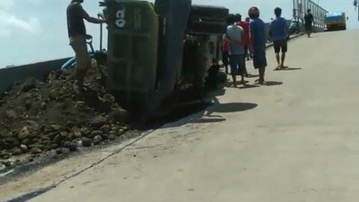 Mobil Truk Terbalik di Flyover Barru