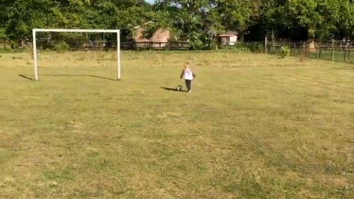 Dua Pemain PSM Ajarkan Anak Bermain Bola Sejak Dini