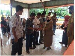 Kepala Desa Baring Ratnawati Sapa MSi membagikan masker di sela Musyawarah Desa di Desa Baring Kecamatan Segeri, Pangkep, Senin (7/9/2020), awal pekan lalu.