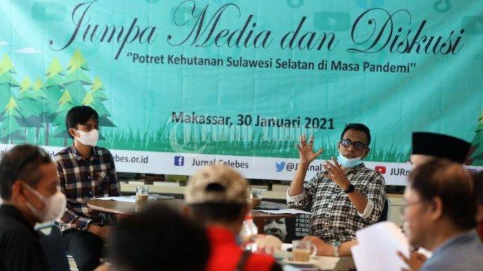 Direktur JURnaL Celebes Mustam Arif (kiri), dalam jumpa media dan diskusi yang berlangsung di Kafe Baca, Jl Adyaksa, Makassar, Sabtu, (30/1/2021). Kegiatan dengan tema