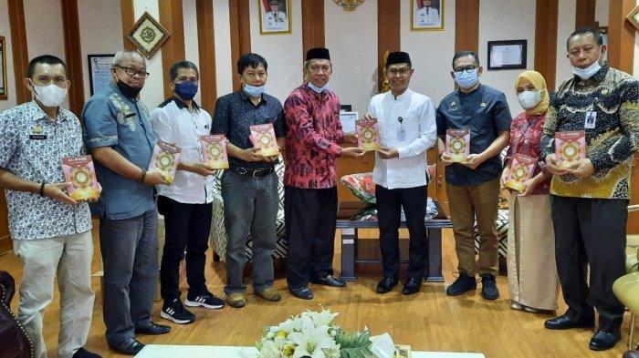 Guru SMA dan SMK di Pinrang Serahkan 1.841 Alquran ke Dinas Pendidikan Sulsel