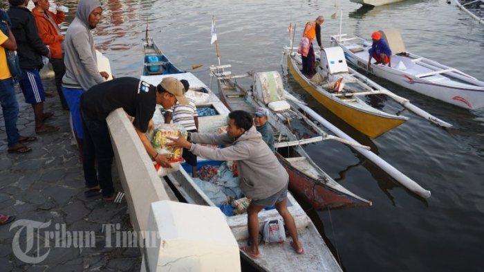 FOTO: Paket Sembako Gratis untuk Nelayan Pulau Lae-Lae dan Barang Lompo - nelayan-membawa-paket-sembako-gratis-yang-dibagikan-oleh-possi-1.jpg