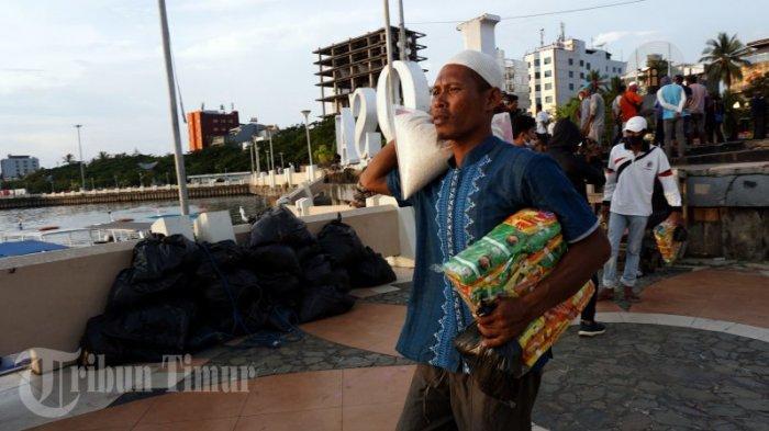 FOTO: Paket Sembako Gratis untuk Nelayan Pulau Lae-Lae dan Barang Lompo - nelayan-membawa-paket-sembako-gratis-yang-dibagikan-oleh-possi-11.jpg