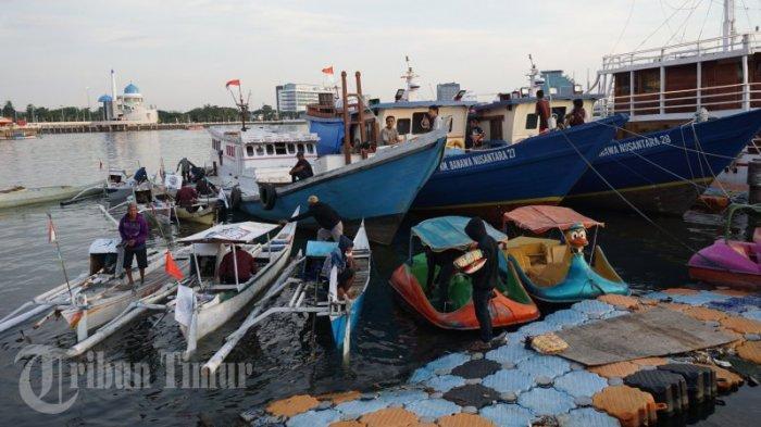 FOTO: Paket Sembako Gratis untuk Nelayan Pulau Lae-Lae dan Barang Lompo - nelayan-membawa-paket-sembako-gratis-yang-dibagikan-oleh-possi-2.jpg