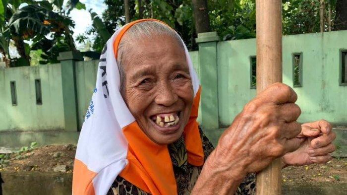 Nenek Nuriyah Bubun Ogah Ngemis, Pilih Jual Sayur Meski Tuli dan Susah Jalan