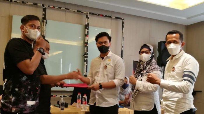 Maula dan Irma Dampingi Nidal Rusdin Kembalikan Formulir Caketum HIPMI Makassar