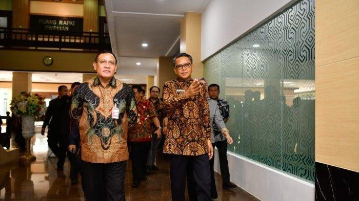 Gubernur Sulsel, Nurdin Abdullah mengajak ketua KPK RI Firli Bahuri menunjukkan ruangan khusus KPK di Kantor Gubernur Sulsel, 22 Januari 2020 lalu.