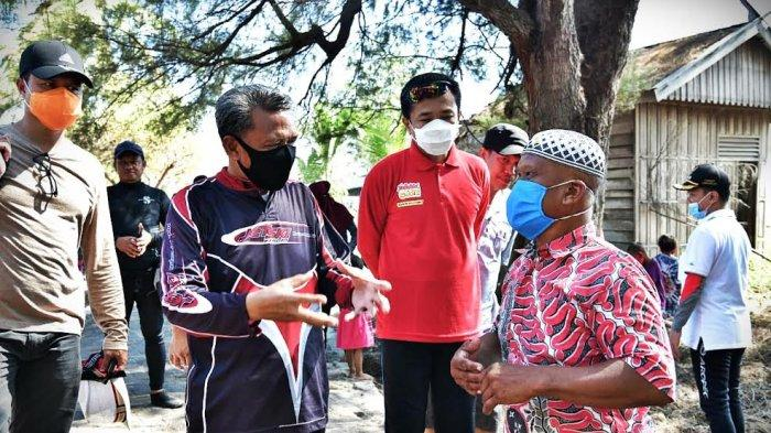 FOTO: Gubernur Sulsel dan Pj Walikota Makassar Bawa Bantuan ke Barrang Caddi