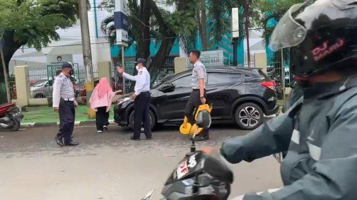 Razia Parkir Liar, Dishub Makassar Gembok Wheel Clamp 5 Mobil di Depan RS Labuangbaji