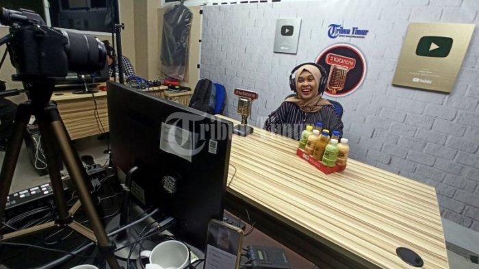 FOTO: UKM Joya Drinks Hadir di Program #KataNone - owner-joya-drinks-sukma-vinaya-berbincang-dengan-irman-yasin-limpo-2.jpg