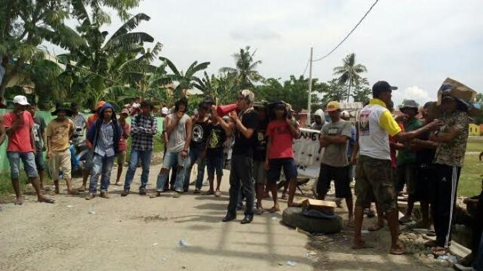 Tolak Aktivitas Tambang Pasir, Warga Padangloang Bulukumba Blokir Jalan