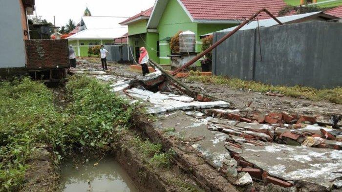 Tak Mampu Tahan Arus Banjir, Pagar RSUD Sinjai Ikut Roboh