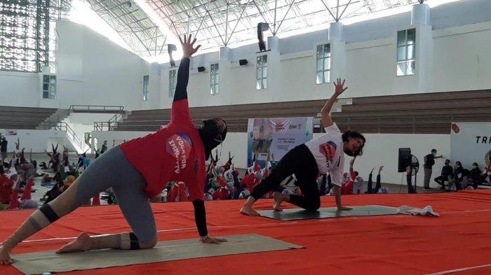 Dipandu Wanda Hamida, Seratusan Pecinta Yoga Meriahkan Dies Natalis Unhas ke-65