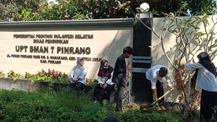 Peringati Hardiknas, SMAN 7 Pinrang Tanam 60 Pohon dan Bantu Siswa Kurang Mampu