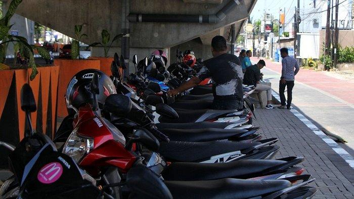 FOTO: Deretan Motor Parkir di Bawah Jembatan Tol Layang Pettarani - parkir-motor-di-bawah-jembatan-tol-layang-pettarani-1.jpg
