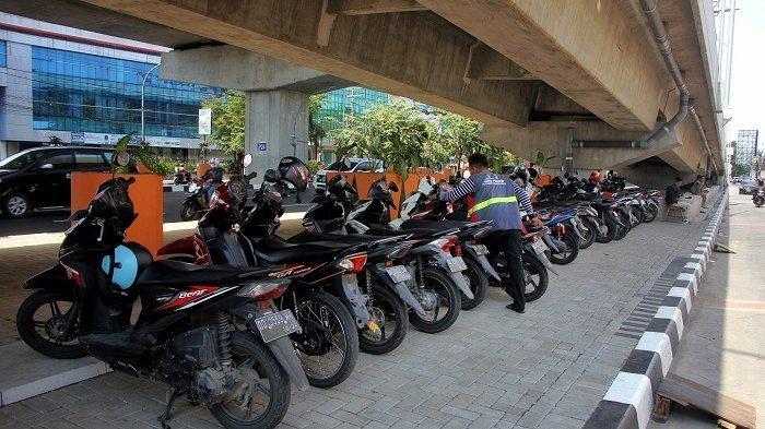 FOTO: Deretan Motor Parkir di Bawah Jembatan Tol Layang Pettarani - parkir-motor-di-bawah-jembatan-tol-layang-pettarani-2.jpg