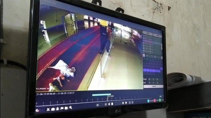 VIDEO: Sebelum Bobol Celengan Masjid, Sepasang Kekasih di Maros Terekam CCTV Berbuat Mesum