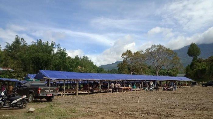 Ogah Pindah ke Tempat Baru, Pedagang di Mamasa Pilih Berjualan di Pasar Darurat Beratapkan Terpal