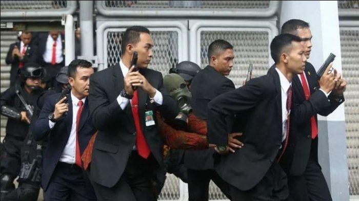 Paspampres Presiden Jokowi Terjatuh Dari Motor Didorong Emak-emak di Maumere Nusa Tenggara Timur