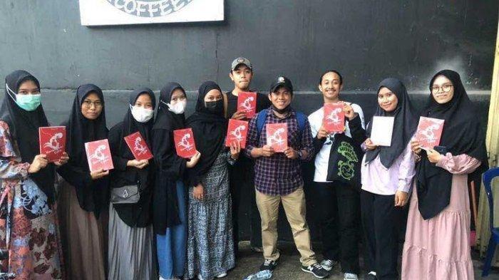 Mahasiswa Pendidikan Bahasa dan Sastra Unismuh Launching Buku 'Merangkai Kata'