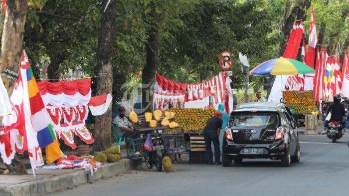 FOTO: Jelang HUT ke 75 RI, Penjual Bendera Mulai Menjamur di Pettarani Makassar