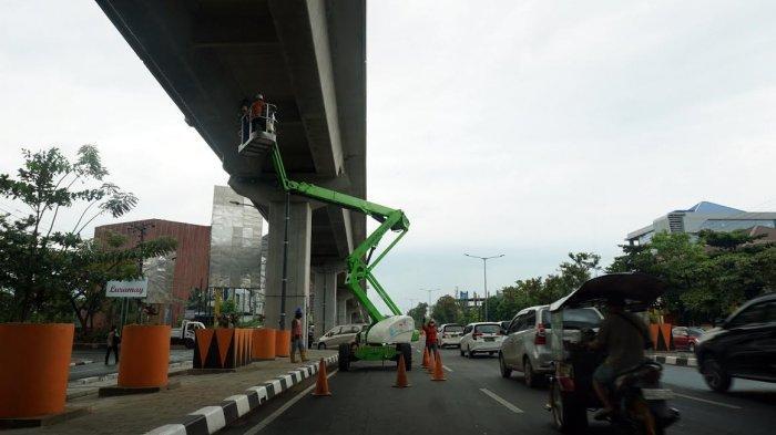 FOTO; Pemeliharaan Tol Layang Jl AP Pettarani Makassar - pekerja-melakukan-pemeliharaan-jembatan-tol-layang-di-jl-ap-pettarani-1.jpg