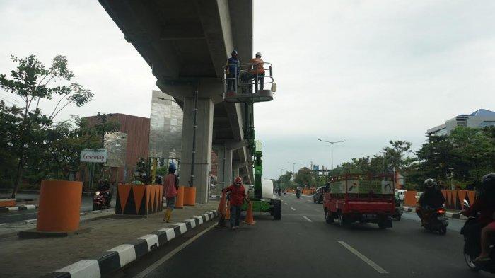 FOTO; Pemeliharaan Tol Layang Jl AP Pettarani Makassar - pekerja-melakukan-pemeliharaan-jembatan-tol-layang-di-jl-ap-pettarani-makassar-2.jpg
