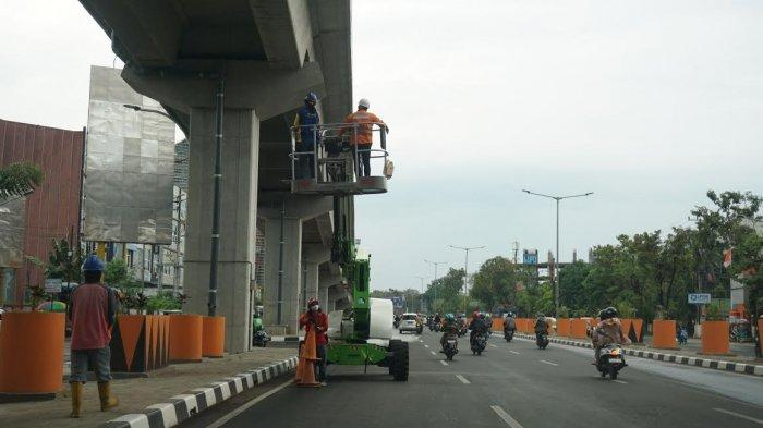 FOTO; Pemeliharaan Tol Layang Jl AP Pettarani Makassar - pekerja-melakukan-pemeliharaan-jembatan-tol-layang-di-jl-ap-pettarani-makassar-3.jpg