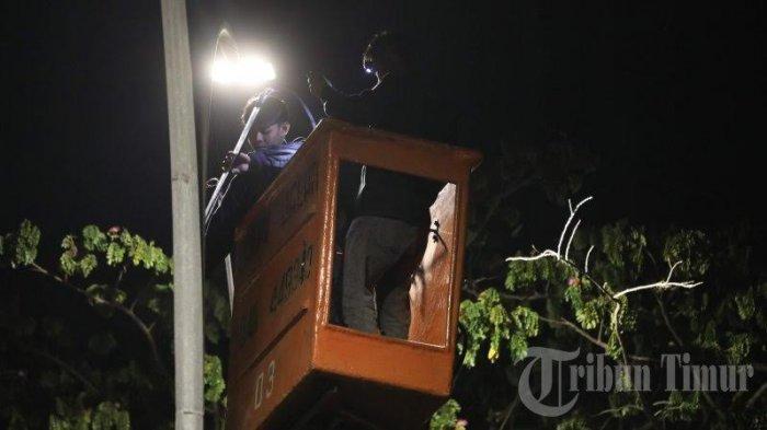 FOTO: Lampu Jalan Aroeppala Gowa Dibenahi - pekerja-membenahi-lampu2.jpg