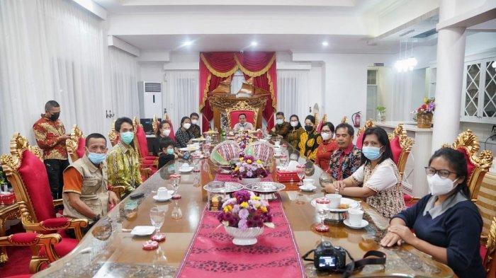 Terima Kunjungan Istri Guru Korban KKB, Plt Gubernur Sulsel Ajak Tak Larut Dalam Duka