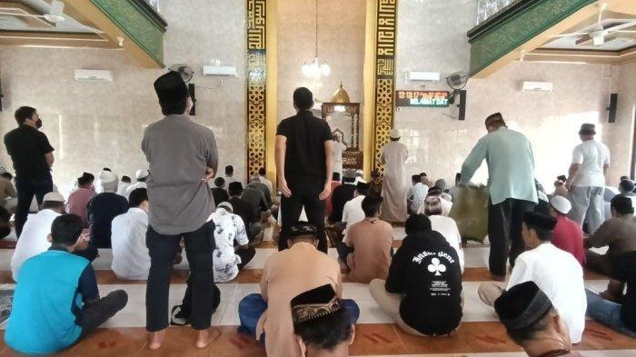 Masih Ada Warga Tak Pakai Masker Saat Salat Jumat di Masjid Al-Manar Parepare