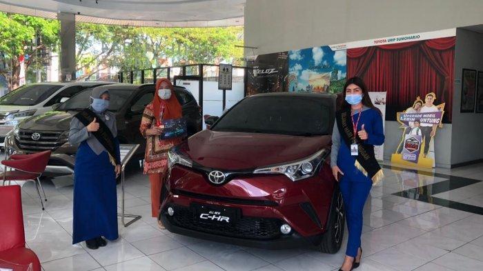 Pelanggan Kalla Toyota bersama wiraniaga saat melakukan pembelian unit Toyota di Kalla Toyota Urip Sumoharjo beberapa minggu lalu.