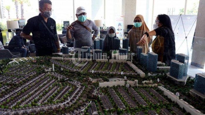 FOTO: CitraLand Tallasa City Gelar Open House Perdana Awal Tahun - pelanggan-melihat-maket-master-plan-citraland-tallasa-city-saat-gelaran-open-house-2.jpg