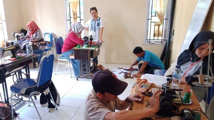 Ahli Jahit Seragam Karyawan PT Vale Latih Warga Desa Balambano