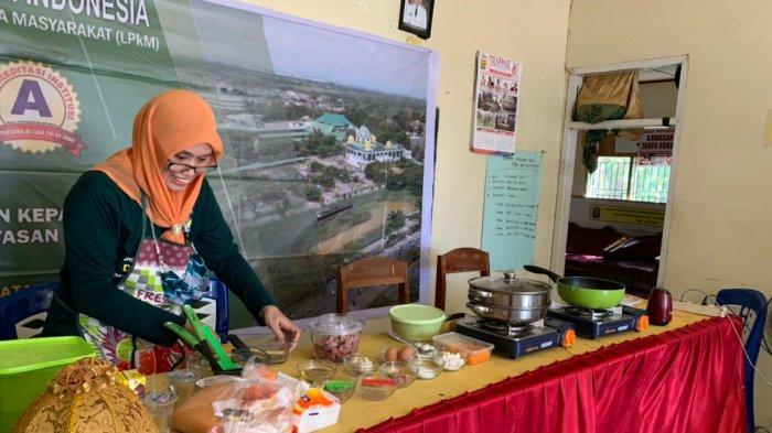 Dosen Muda UMI Latih Emak-emak di Takalar Bikin Nugget Ikan