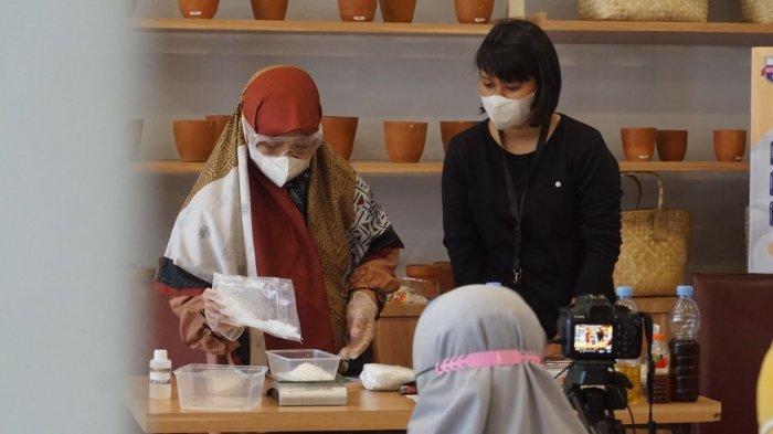 Unibos Latih IRT dan Mahasiswa Buat Sabun dari Limbah Minyak