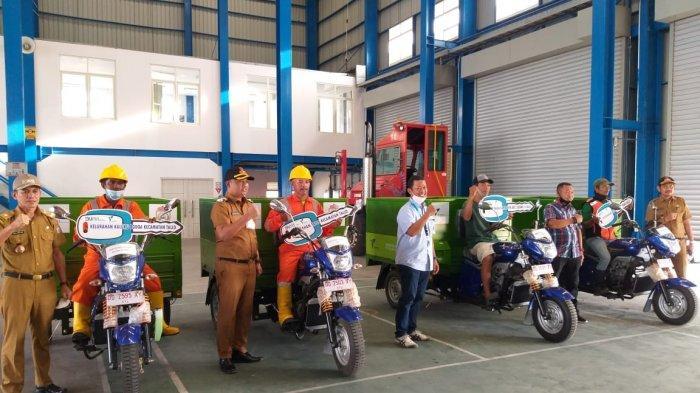 Pelindo IV Serahkan Bantuan 4 Motor Sampah dan Iuran BPJS Ketenagakerjaan Nelayan Sekitar MNP