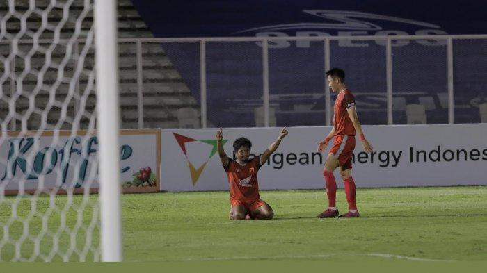 Pemain PSM Makassar, Ilham Udin Armaiyn usai mencetak gol di gawang Madura United di Stadion Madya Gelora Bung Karno, Minggu (1292021) malam.
