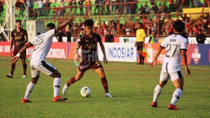 Pemain PSM Rizky Eka Pratama berusaha melewati pemain Madura United dalam laga Liga 1 2019