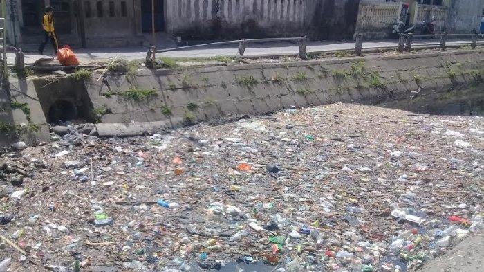 Bau dan Jorok, Sampah Menumpuk di Aliran Kanal Pa'baeng-baeng Makassar