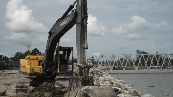 Pemasangan Urugan Batu untuk Tangani Sungai Masamba dan Sungai Radda di Luwu Utara
