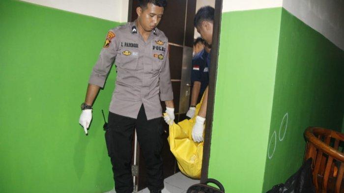 Polisi mengevakuasi jenazah seorang perempuan yang dibunuh di kamar 209 Wisma Benhil Toddopuli, Kecamatan Panakkukang, Makassar, Kamis (11/4)