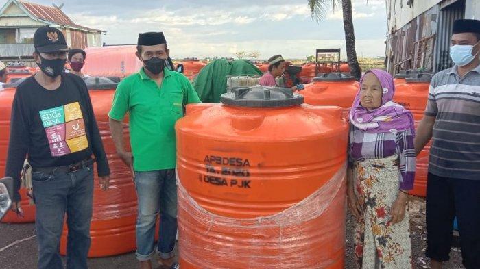 Krisis Air Bersih, Pemdes Pajukukang Salurkan Bantuan 150 Bak Penampungan Air untuk Warga Miskin