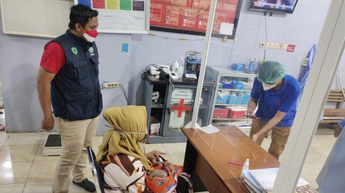 Nurlina melakukan pemeriksaan kondisi anaknya Afzal di Rumah Sakit Wahidin Makassar.