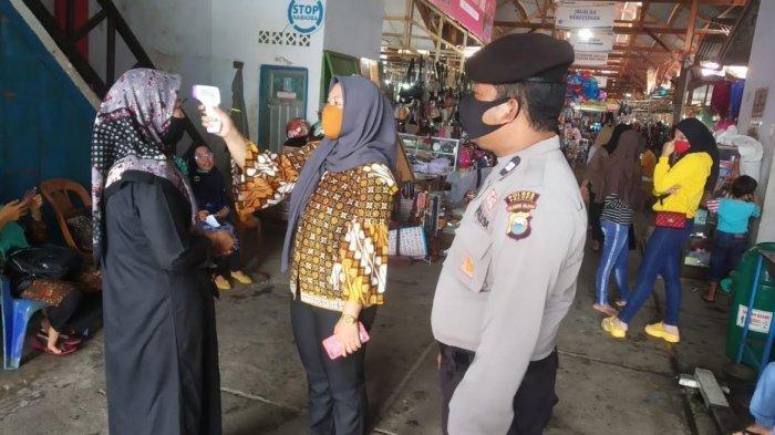 Sosialisasi Perwal Covid-19, Pemkot Palopo Bagikan Masker Gratis di Pasar